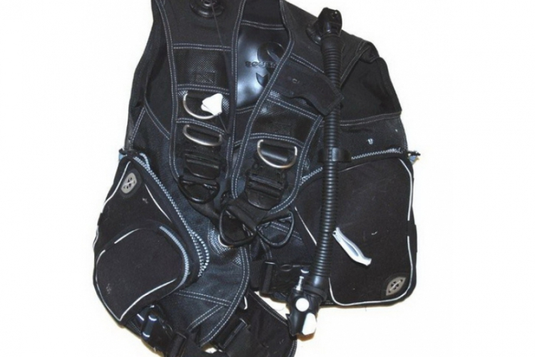 Jacket, widoczne metalowe D-ringi i inflator po prawej