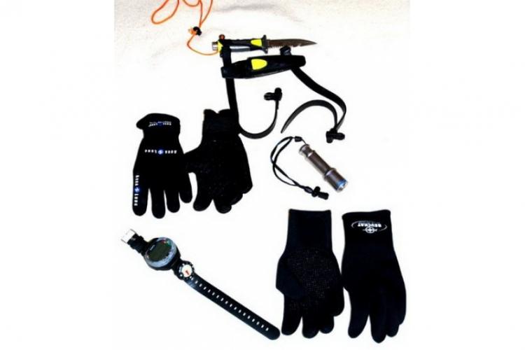 Rękawiczki nurkowe 3mm, nóż nurkowy z zabezpieczającą linką, komputer i latarka