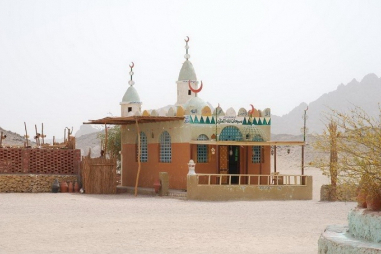 Meczet na pustyni w osadzie Beduinów