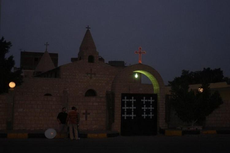Kościół koptyjski nocą, widok z zewnątrz