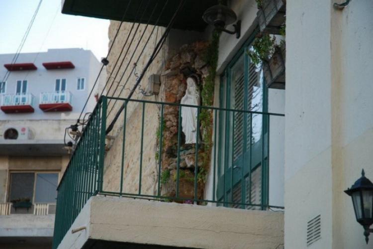 Prywatny balkon z figurą NMP
