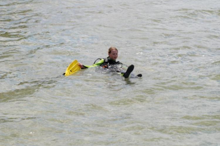 W wodzie, tuż przed zanurzeniem