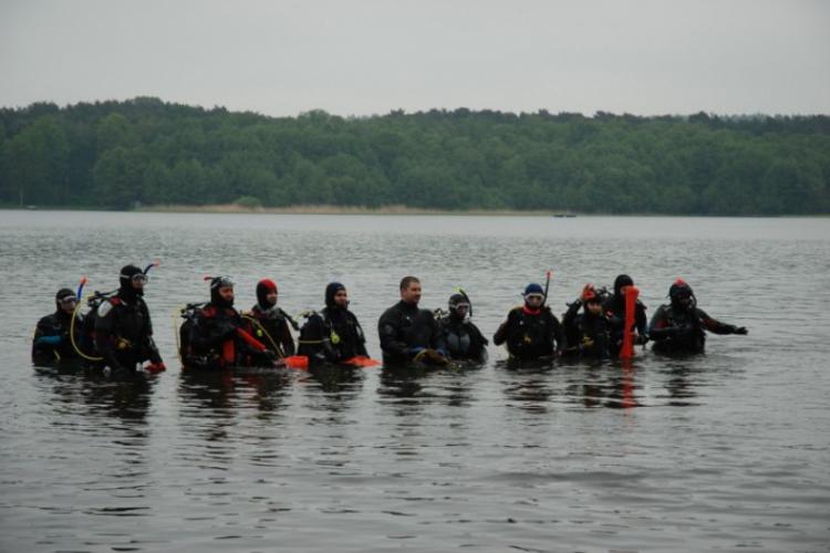 Nurkowie schodzą pod wodę