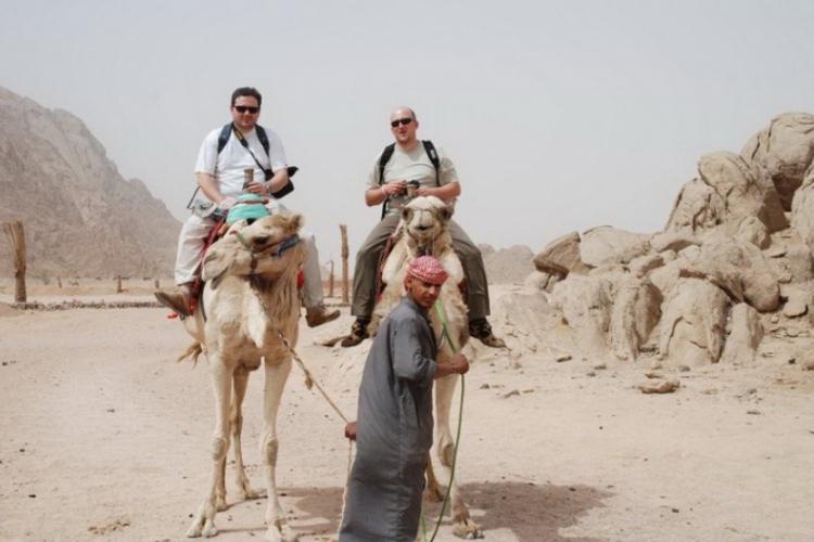 Autorz kolegą, Adamem, na wielbłądach