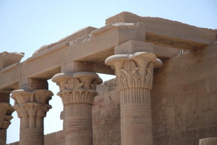 Kulumny w świątyni ku czci Izydy