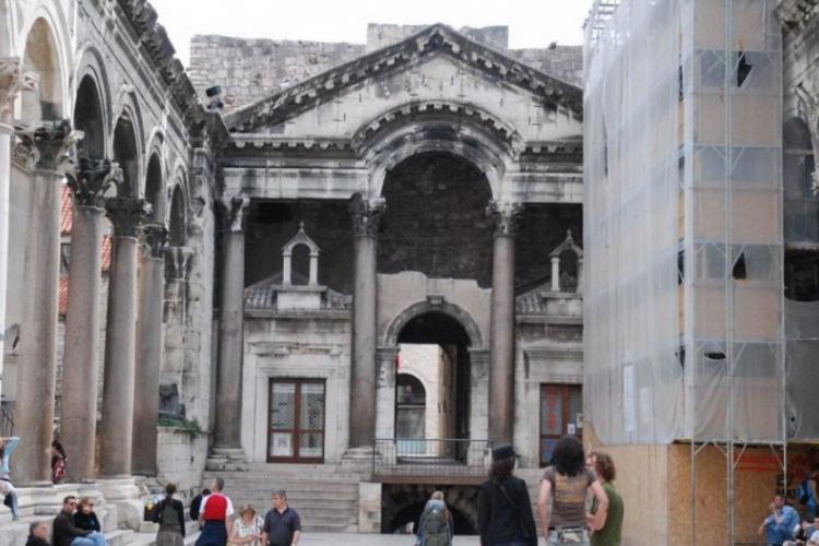 Wejście na dziedziniec pałacu Dioklecjana