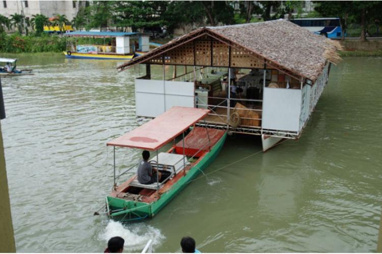 Za chwilę wchodzimy na barkę na lunch