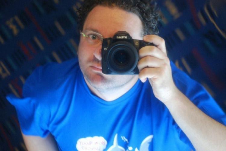 Autor sprawdza działanie aparatu na sobie
