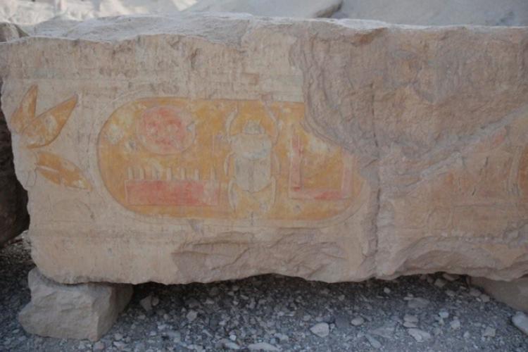 Wiekowe kamienie z podobiznami, tu-skarabeusz