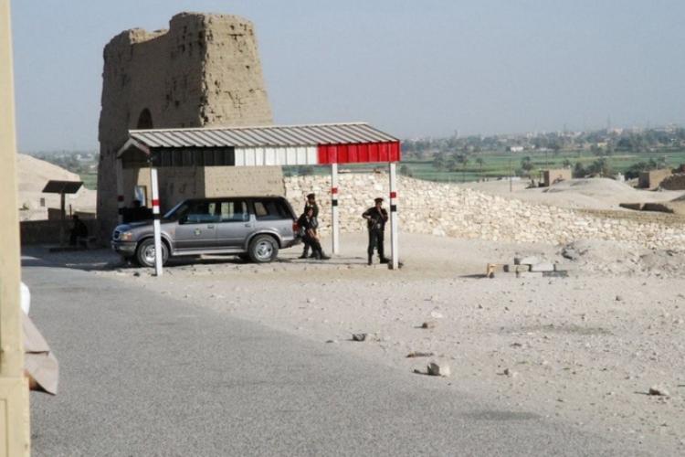 Bardzo dużo policji i wojska z długą bronią pilnuje turystów