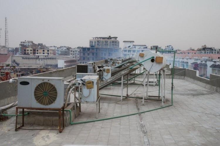 Dach hotelu pokrywają wentylatory