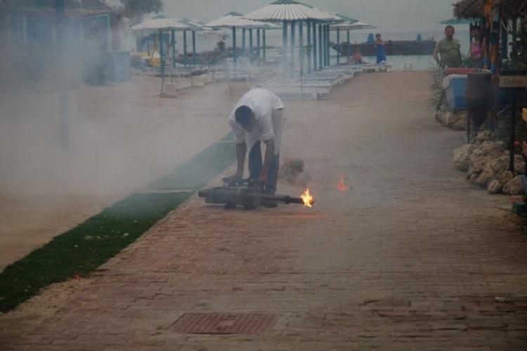 Egipcjanin odpala maszyne na komary