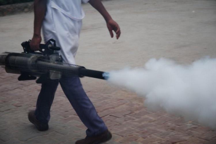 Egipcjanin przechodzi blisko, gaz śmierdzi strasznie