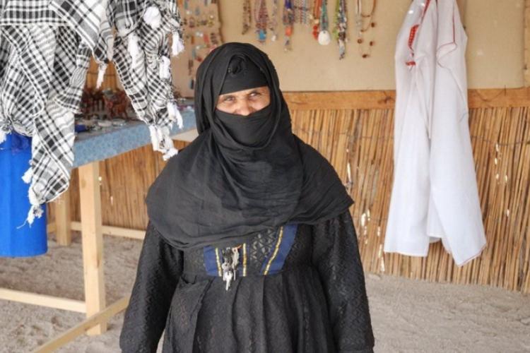 Beduinka zezwoliła na zdjęcie, tylko po co jej klucze do zamków patentowych?