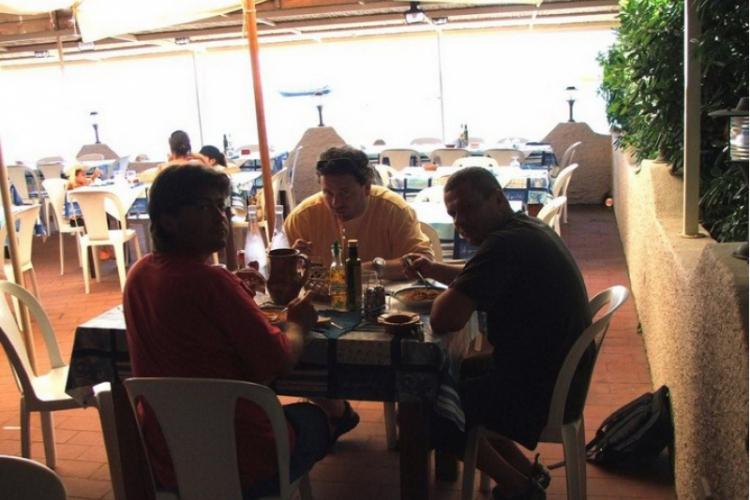 Jemy lunch (zdjęcie Adama)
