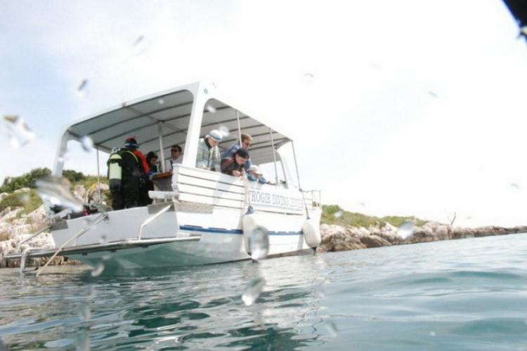 Dzieciaki na stateczku, widok z wody, tuż po wynurzeniu