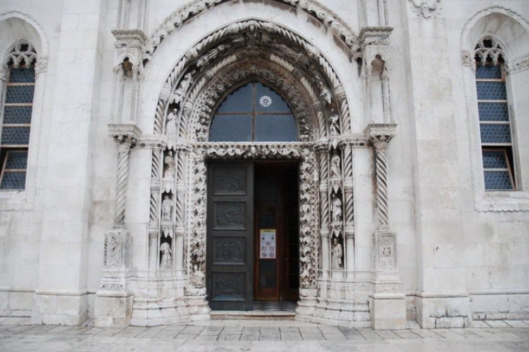 Piękne drzwi a ich wejścia pilnuje 12 apostołów, na szczycie Jezus z kulą ziemską, wg innych Bóg Ojciec