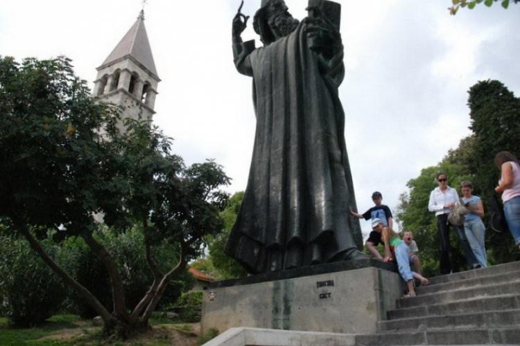 Dzieci dotknęły palucha biskupa Grgura Ninskiego
