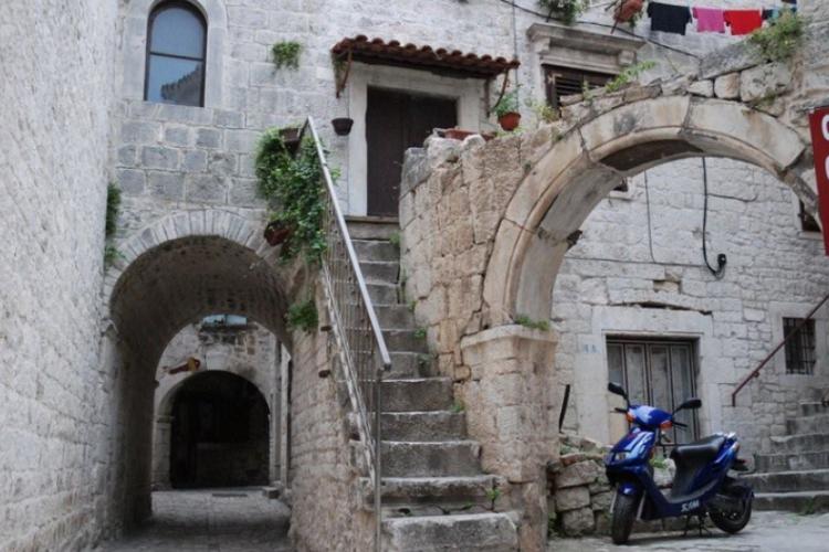 Fajne schody w centrum starówki Trogiru