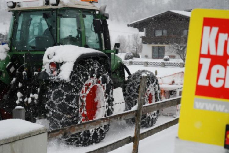 Miasteczka Austrii odśnieżają traktory zaopatrzone w łańcuchy