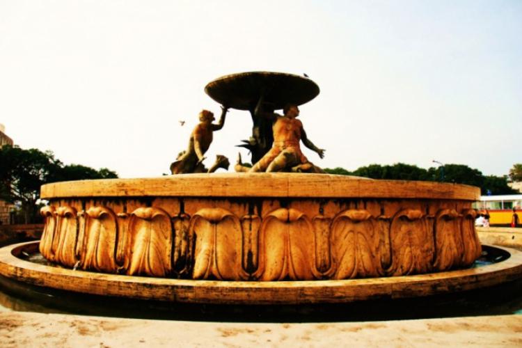Charakterystyczna fontanna u wejścia przez bramę Valetty