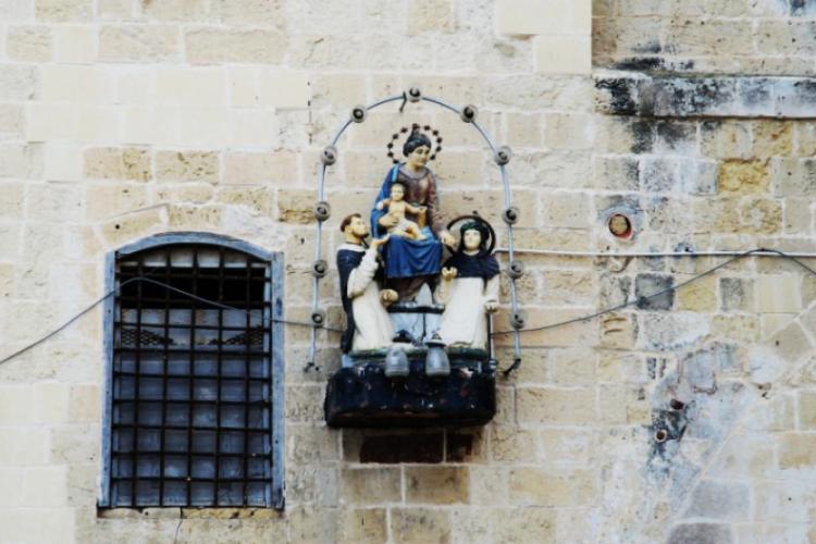 Gdzie-niegdzie z murów wyrastają kapliczki