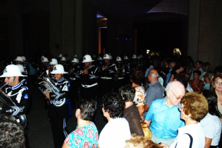 Przejście orkiestry obserwuje tłum gapiów