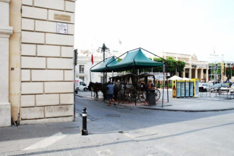 Postój dorożek przed siedzibą parlamentu]