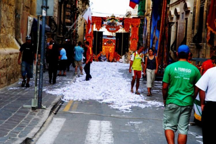Świętując, maltańczycy zasypują główne ulice pociętym papierem