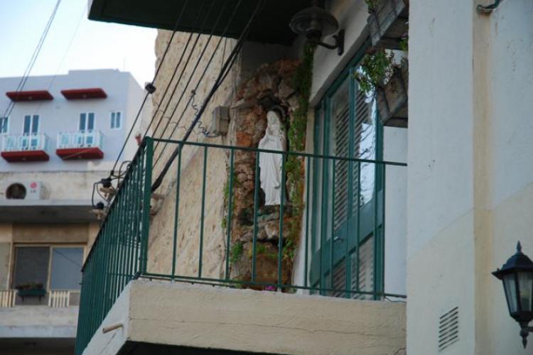Figurka Matki Boskiej na prywatnym balkonie przy ulicy