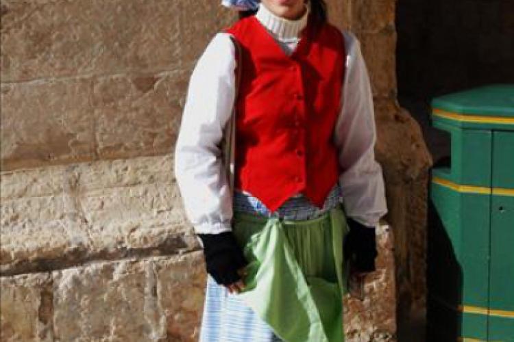 Mdina- Dziewczyna w stroju ludowym