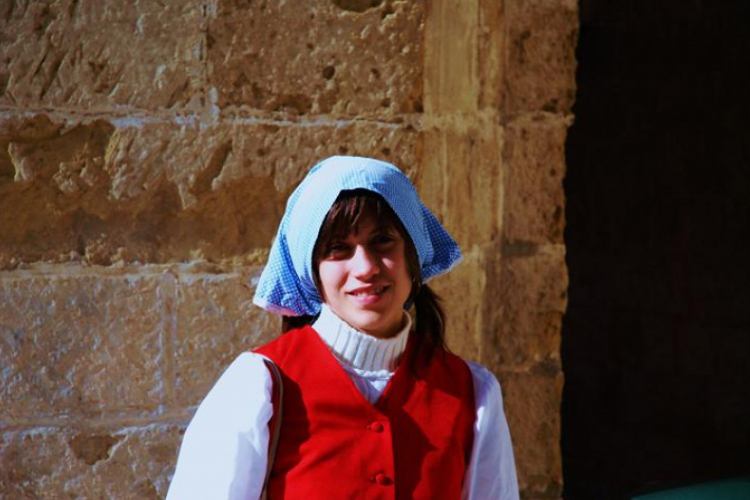 Mdina - Dziewczyna w stroju ludowym - zbliżenie