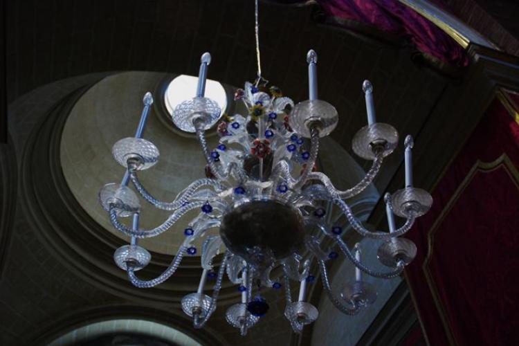 Szklany żyrandol - przykład jednej ze specjalności maltańczyków - wyrobów szklanych