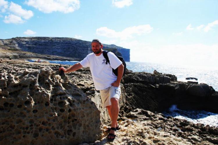 Dwejra Point - autor na tle klifów
