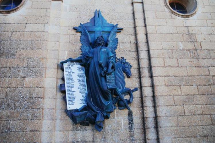 Anioł na jednym z kościołów trzyyma tablice poległych w 1939-1945