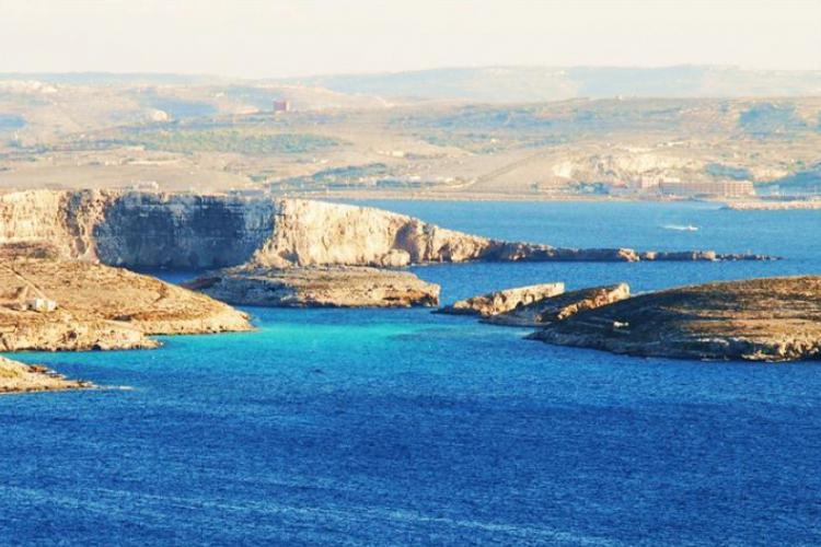 Widok na Błękitną Lagunę, a w oddali Malta