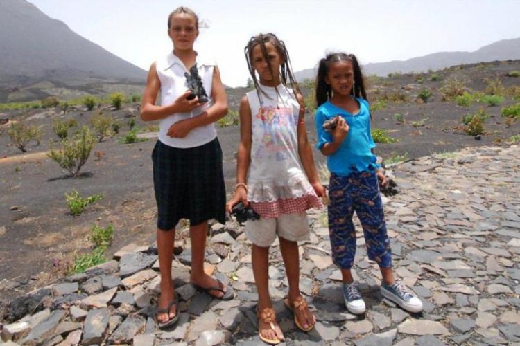 Dziewczynki handlujące wyrobami z pumeksu