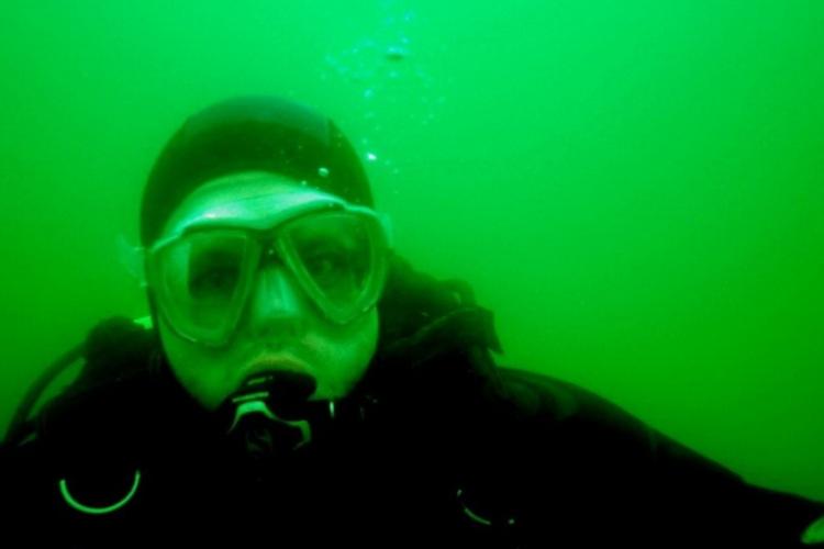 Autor w zimnych wodach jeziora powidzkiego