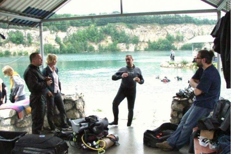 Zakrzówek 2009 - ubieramy się, pośrodku ksiądz Paweł - zdjęcie Adama
