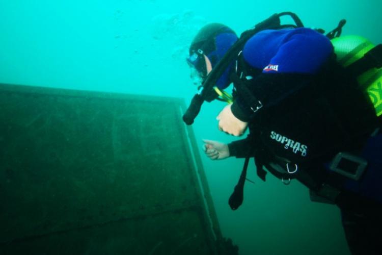 Zakrzówek 2009 - Adam zostawia podwodne graffiti
