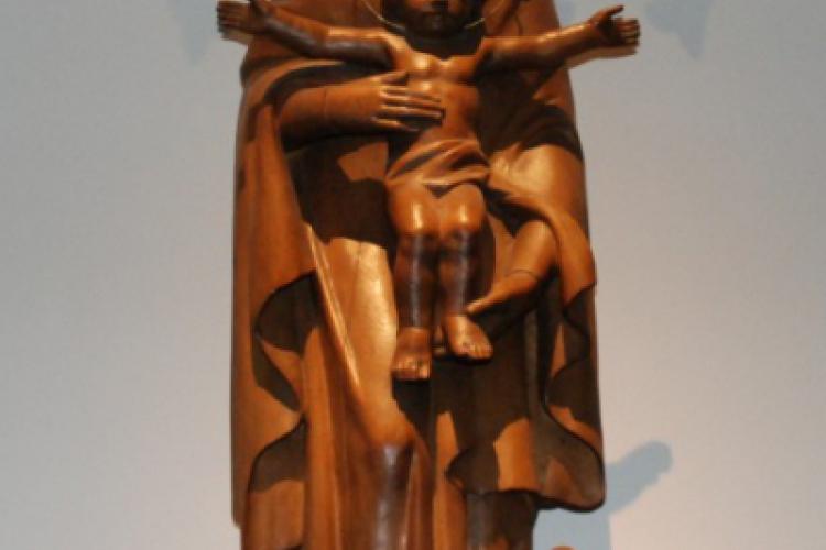 Matka Boska z Dzieciątkiem, rzeźbiona z jednego kawałka drewna
